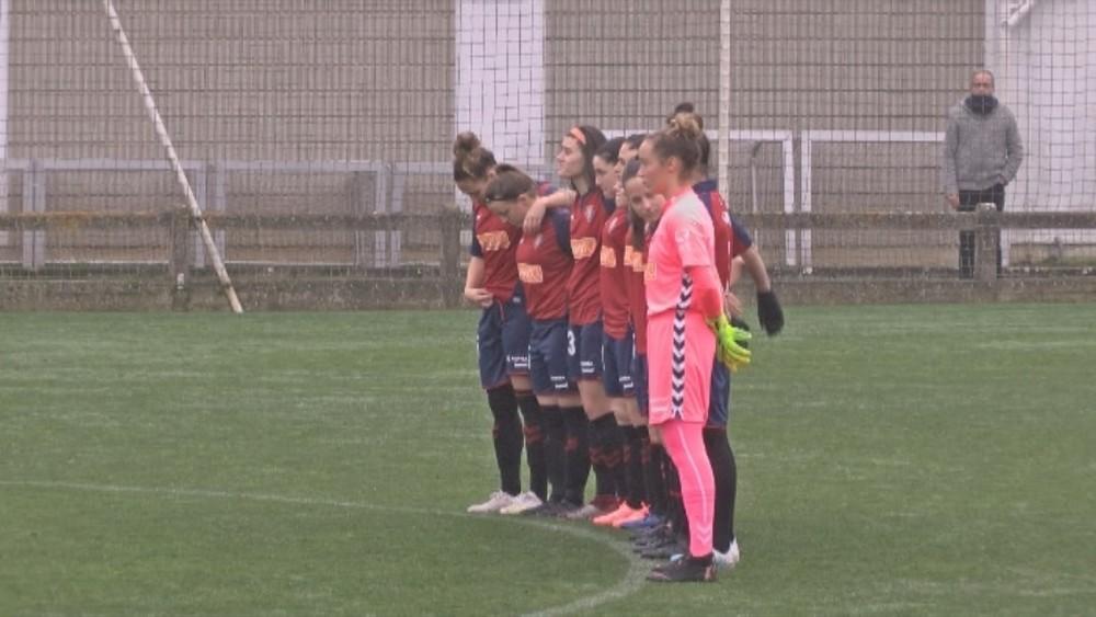 Ambos equipos guardaron un minuto de silencio en homenaje a la jugadora del Lourdes, Silvia Sebastián, recientemente fallecida