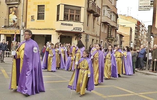 Los hermanos y cofrades procesionaron a paso ligero y sin su capuchón. DB