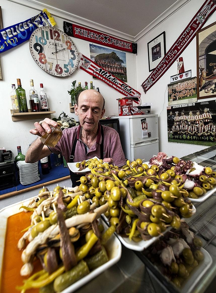 Carlos Sierra aliña sus populares gildas en la Bodeguilla Santa Clara.