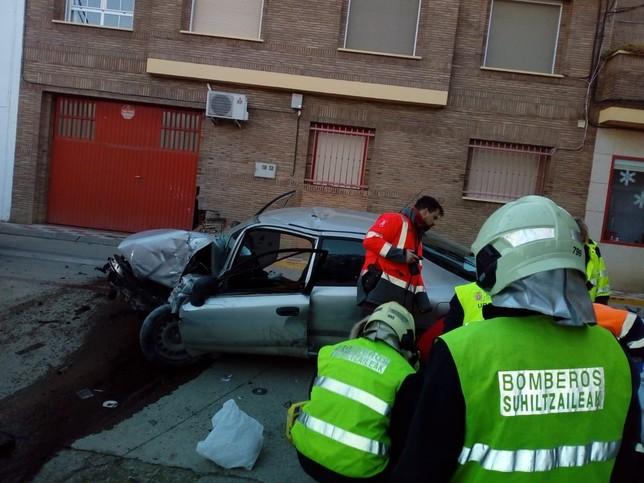 Estado del vehículo tras el impacto con la vivienda BOMBEROS DE NAVARRA