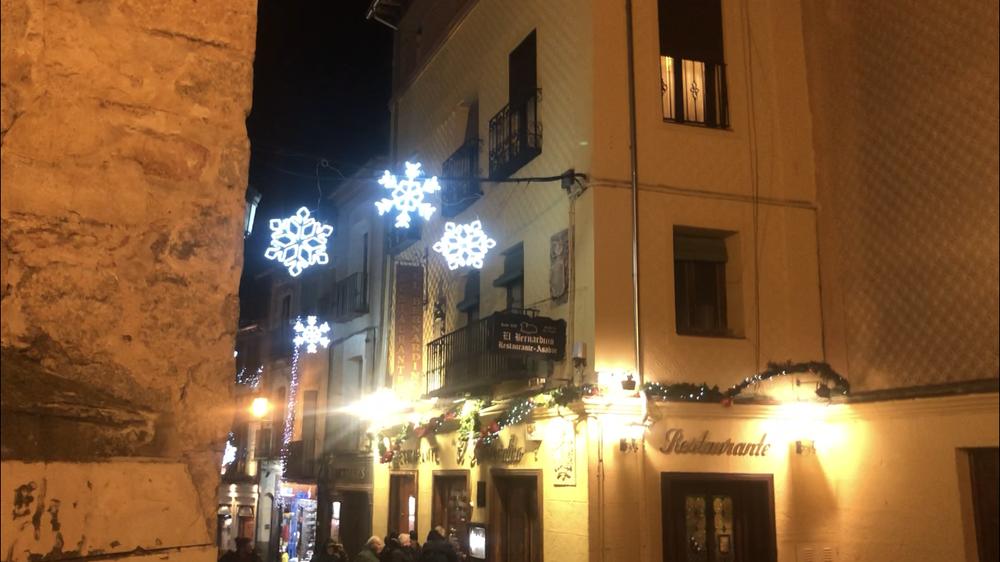Las luces de Navidad junto a la Canaleja sufrieron los rigores del viento.
