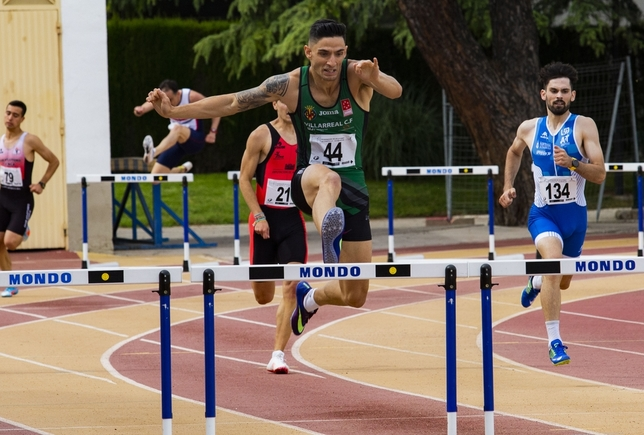 Rodrigo Montoya, en el transcurso de la prueba de 400 vallas en la que lograba el oro Rueda Villaverde