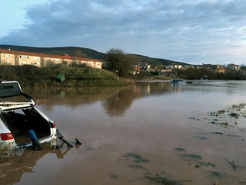 Se desborda el río Híjar en Reinosa e inunda calles y casas
