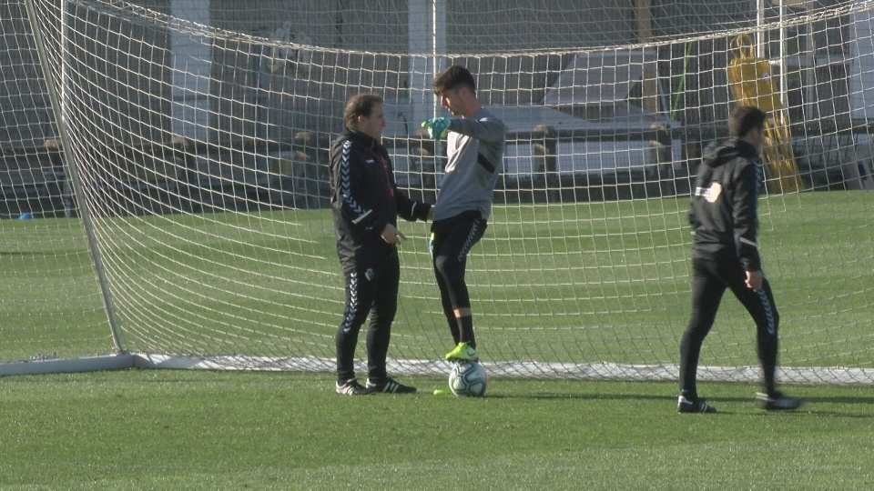 Juan Pérez conversa con Jagoba Arrasate durante el entrenamiento de este jueves