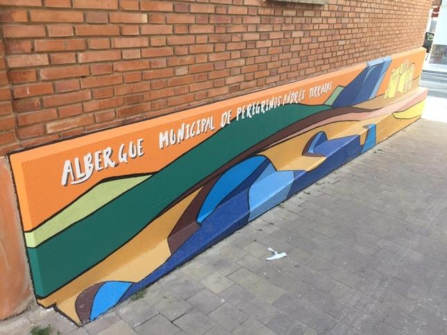 El albergue de peregrinos ya tiene su mural decorativo