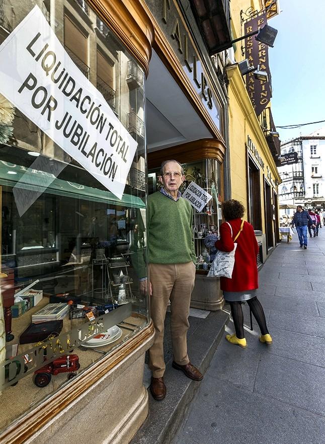 José Luis Pérez, 62 años como comerciante en la calle Real, a la puerta de 'Detalles', que ha cerrado tras su jubilación.