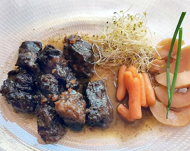 El corzo va acompañado por zanahoria, membrillo y germinado de alfalfa.