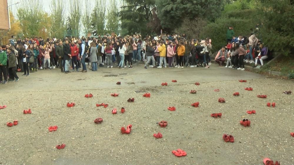 Zapatos rojos en recuerdo de las mujeres asesinadas