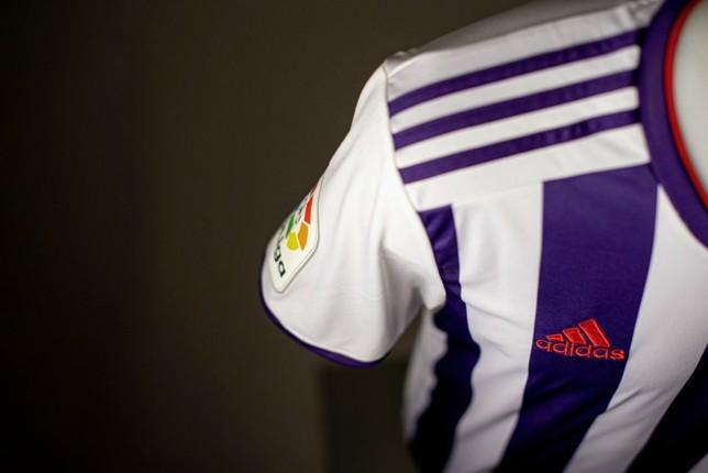 Controversia con las camisetas, ¿violeta, morado o azul?