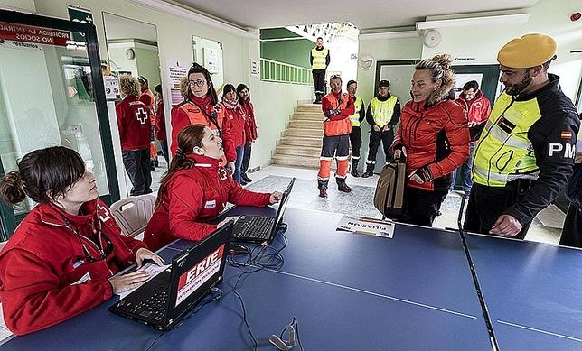 Personal de la Cruz Roja recibe en el albergue a los damnificados.  Luis López Araico