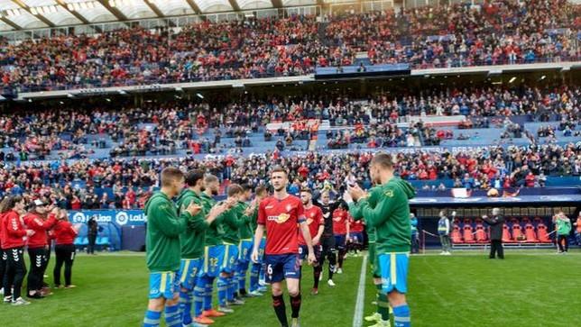 Los jugadores de la U. D. Las Palmas hicieron pasillo a los de Osasuna por su ascenso a Primera LaLiga