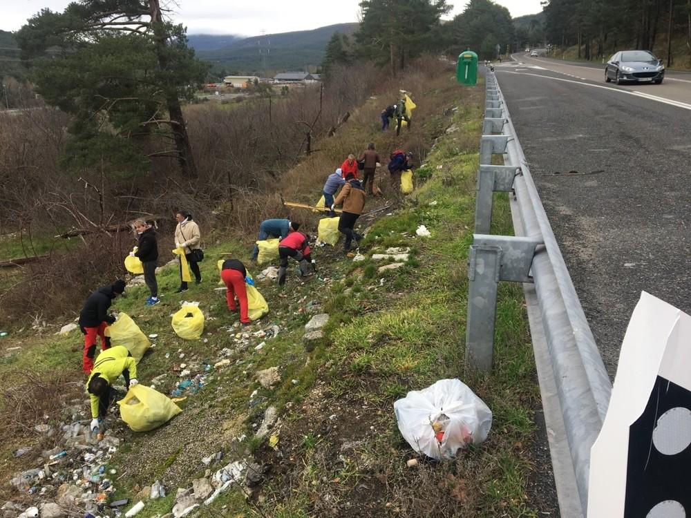 El Colectivo Azálvaro limpia 'basuraleza' en El Espinar