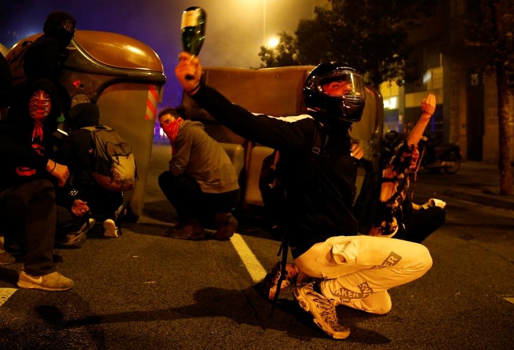 Los CDR lanzan cócteles y pirotecnia contra los policías