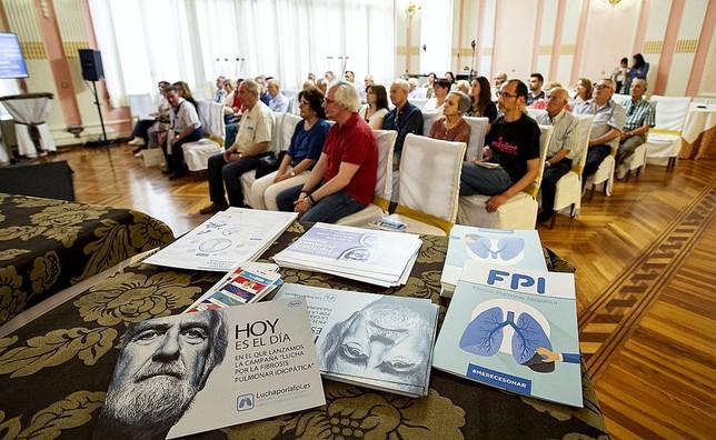 En un primer plano aparecen folletos de la jornada que recibieron todos los asistentes al encuentro, en torno a 50, entre enfermos y familiares. Rubén Serrallé