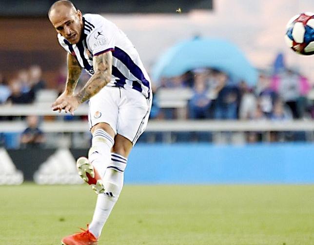 Sandro ejecutando la falta que convirtió en gol