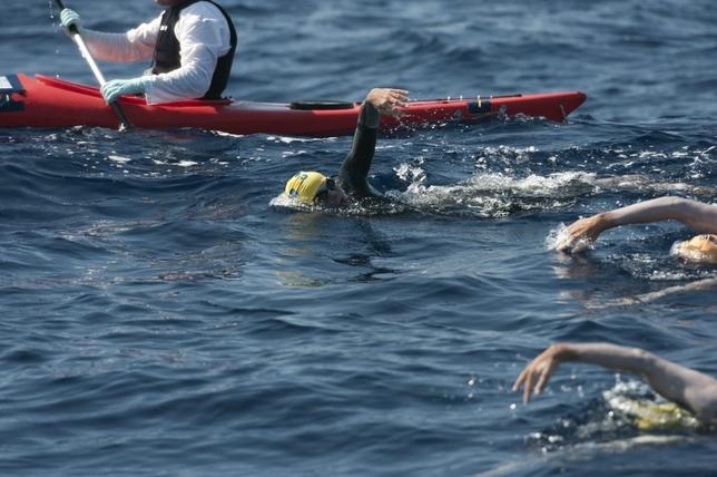 Parages, durante el cruce a nado del canal que separa Mallorca de Menorca, uno de sus logros deportivos.