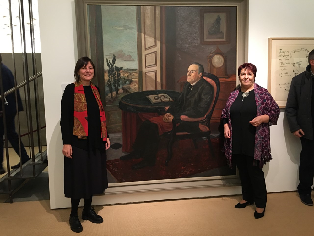 Luquero, a la derecha, posa junto al retrato de Machado con la concejala de Cultura Gina Aguiar,