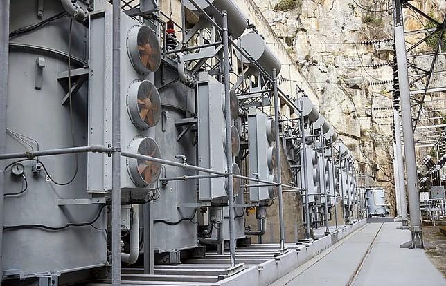 Una de las zonas del parque eléctrico de la central que está en funcionamiento desde el año 1929. JL Leal