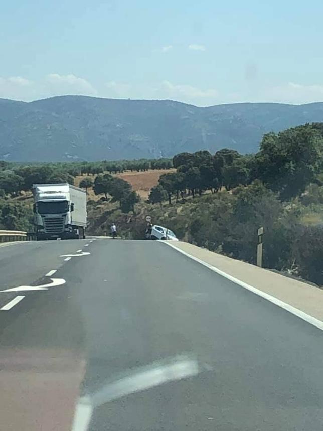 Choque entre un turismo y un camión en la N-430 V. Rincón