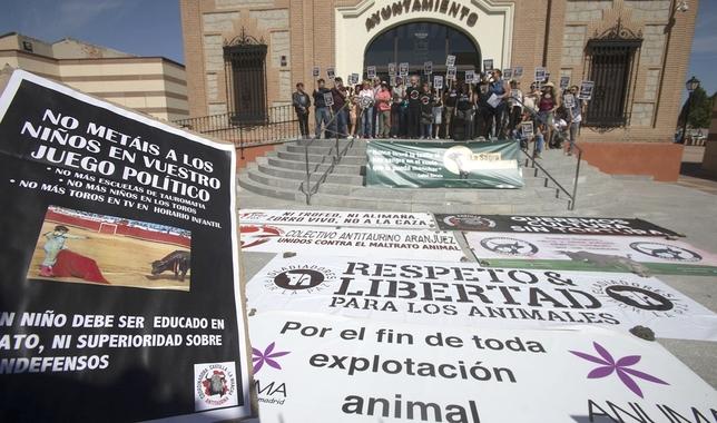Protestan contra el congreso nacional de toro en Yuncos