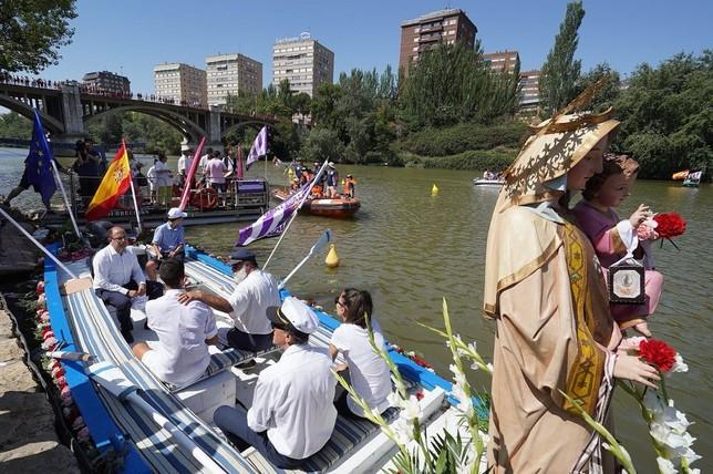 La Virgen del Carmen procesiona por el Pisuerga