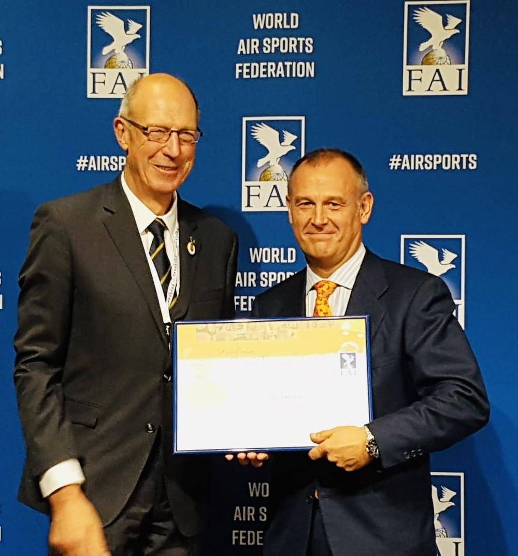 Fantoba, reconocido por su contribución al deporte aéreo