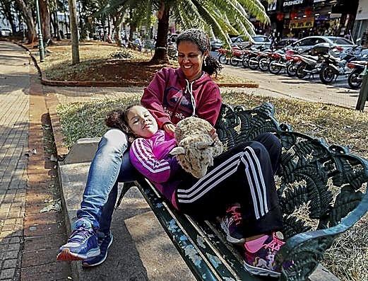 Vida normal. Ticiane da Silva posa con su hija en un banco y asegura que no hay temor por estar en un parque público.
