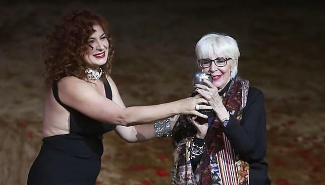 Pilar Jurado entrega a Concha Velasco(d) el Premio Max de Honor