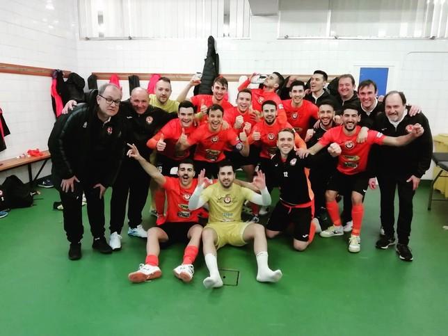 Los jugadores de Aspil Vidal celebran su clasificación en el vestuario de A Malata