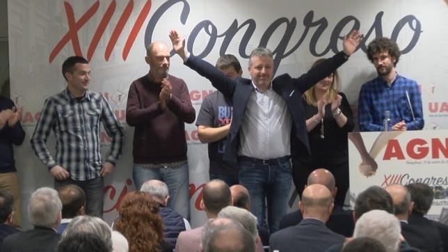 Momento en el que Bariáin celebra su nombramiento con los asambleístas NATV