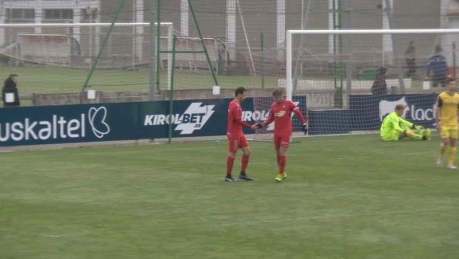David Rodríguez celebra con Brandon el segundo tanto que marcaba en el amistoso frente al Izarra