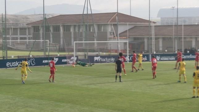 Estirada de Sergio Herrera en la segunda parte. El burgalés disputó su primer partido tras siete meses lesionado.