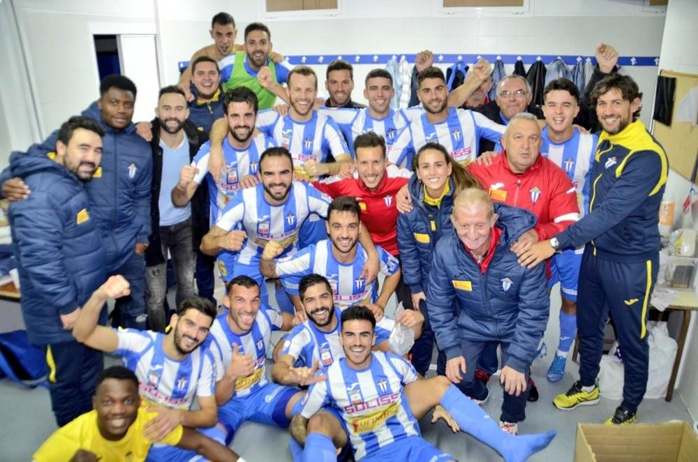 El Villarrubia celebra el triunfo en el vestuario.