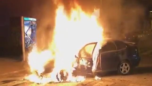 Calcinado un coche tras arder en plena noche en Mendillorri