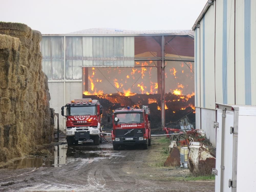 El fuego causa enormes daños en la alfalfera de Trespaderne