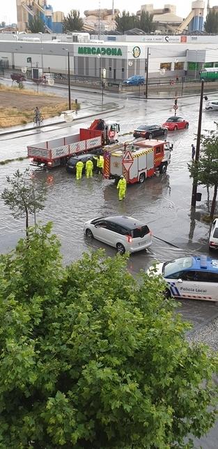 Varios vehículos quedaron atrapados en la calle Juan Ramón Jiménez.