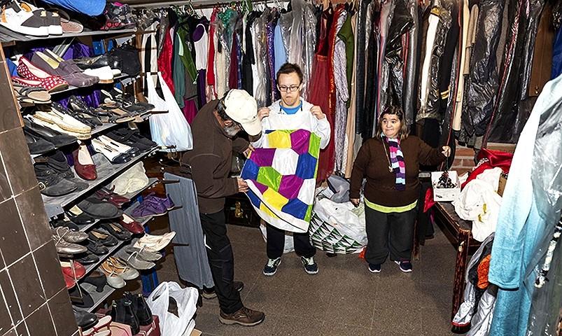 En el almacén, donde se guarda el vestuario de la compañía.