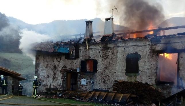 Arde un caserío en Erratzu hasta quedar calcinado Bomberos de Navarra