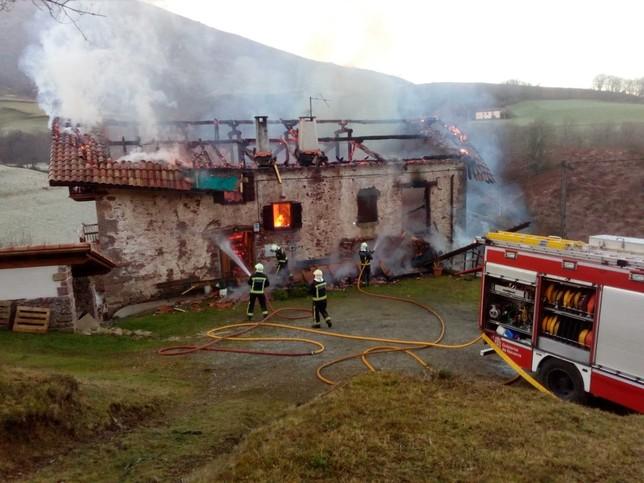 Arde un caserío en Erratzu hasta quedar calcinado