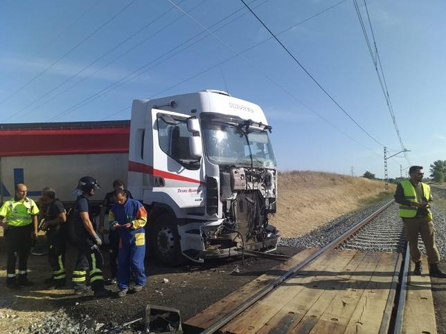 Un Alvia colisiona con un camión en Husillos (Palencia)