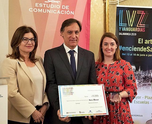 Alicia Aza (i) y CarlosGarcía Carbayo entregan el premio a Carmen Sotomayor.