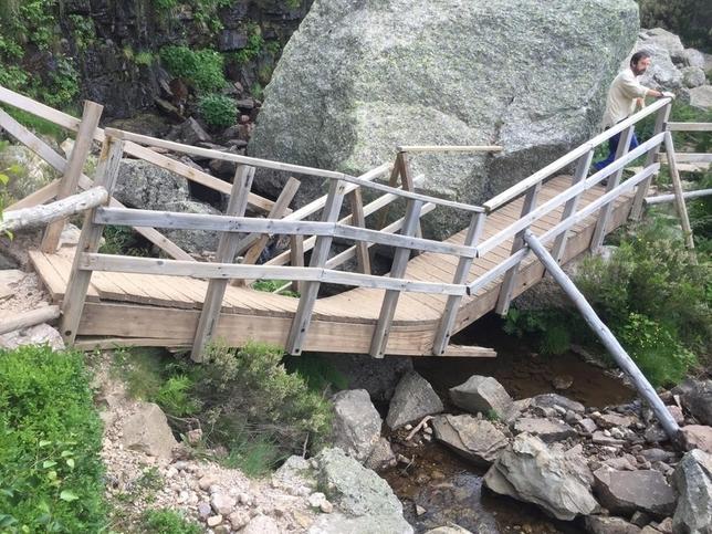 La Junta instala un nuevo puente en la cascada de la Laguna