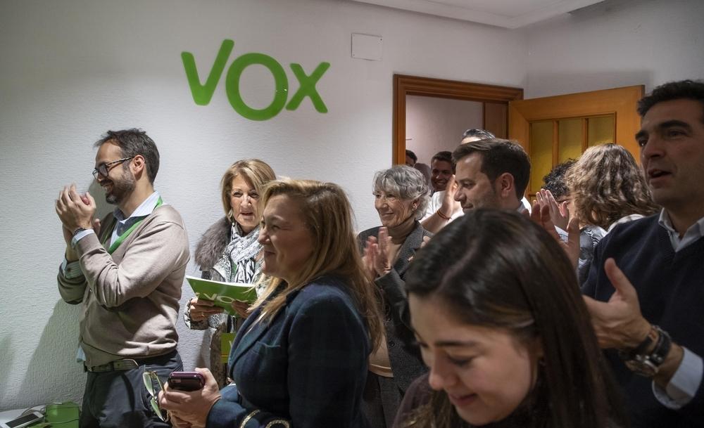 Alegría en la sede de Vox de Valladolid después de conocer los buenos resultados de su formación en Castilla y León.