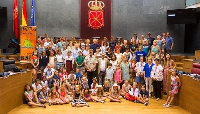 El Parlamento de Navarra recibe a los menores de Chernóbil