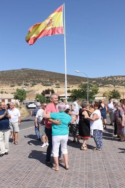 Colocada de nuevo la bandera de España en Villamayor