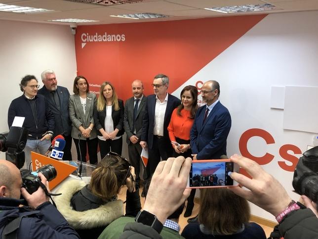 Clemente presenta su candidatura arropada por Fuentes y otros tres procuradores de las Cortes.