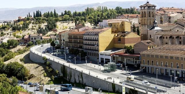 El Ayuntamiento prevé que el desmantelamiento de la gasolinera de Padre Claret y la ampliación del Hotel Acueducto acabe con la trama de medianeras impactantes de esta zona. Rosa Blanco