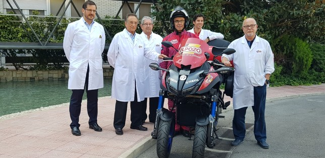 Equipo directivo de ELPOZO ALIMENTACIÓN junto a una de las motos que harán el seguimiento de La Vuelta 2019