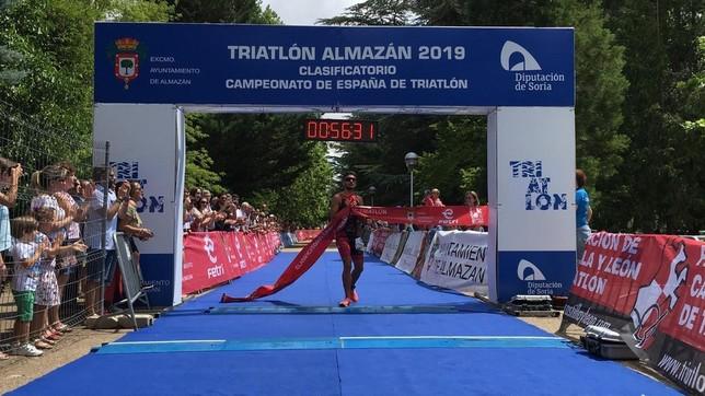 Javier Lluch y Raquel Aróstegui ganan el Triatlón de Almazán