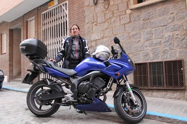 Laura Pastor, con su Yamaha fazer de 600.